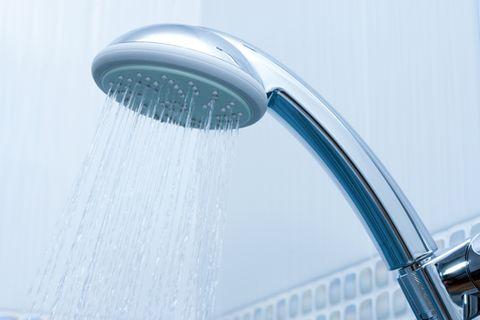 Duschkopf entkalken: Duschkopf im Bad