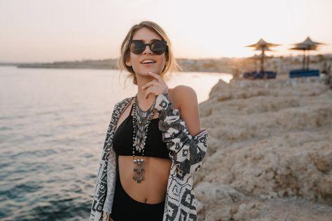 Frau trägt Bikini am Strand