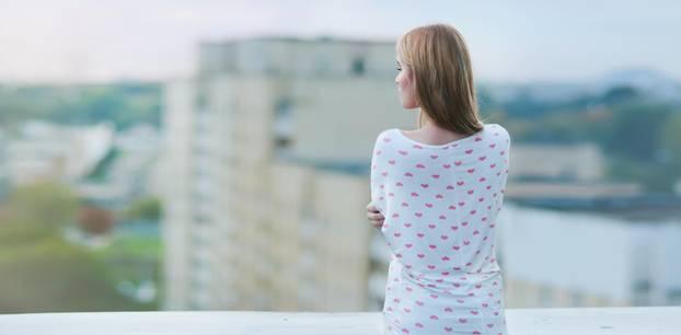 Wie lange sollte man nach einer Trennung warten? Frau steht auf dem Balkon