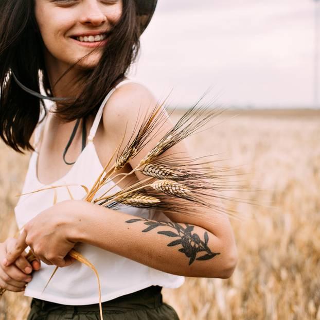 Macht ein nachhaltiges Leben glücklich? Frau im Weizenfeld