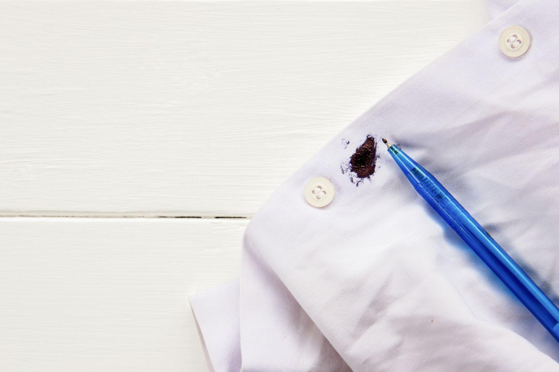 Kugelschreiber entfernen: Fleck auf Hemd