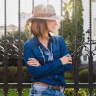Jeans-Styles: Frau mit Hut im Profil