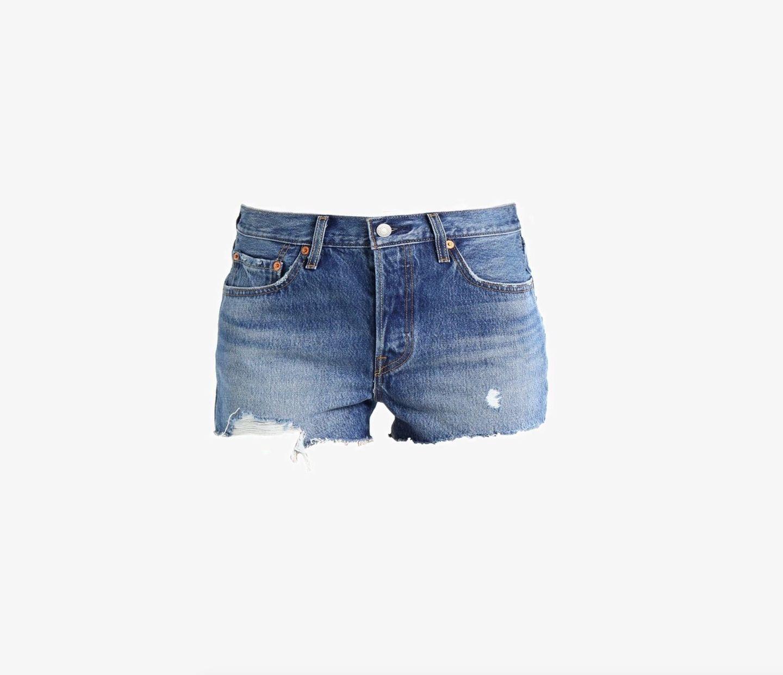 Sie sind bequem, passen sich jedem Look an und wirken sportlich und trendy zugleich: die Rede ist von der Jeansshorts, die wohl niemals aus der Mode kommen wird. Dieses Modell in leichter Used Optik ist von Levi's und für circa 60 Euro erhältlich.