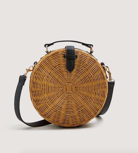 Total angesagt in diesem Sommer: Runde Taschen aus Bambus. Wir sind schon ganz verliebt in den Style. Dieses Modell ist von Mango und für circa 50 Euro erhältlich.