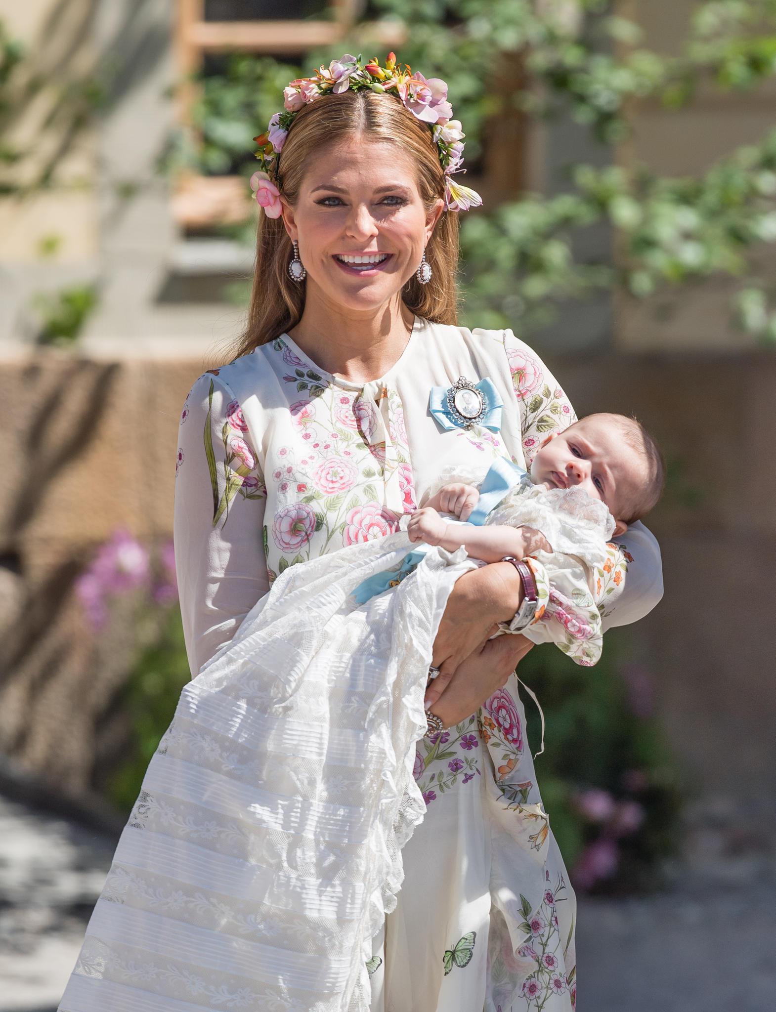 Prinzessin Madeleine mit ihrer jüngsten Tochter Adrienne. Im rosafarbenen Blumenkleid mit passendem Haarkranzstrahlt sie mit der Sonne um die Wette.