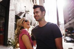 Komplimente für Männer: Lachendes Pärchen