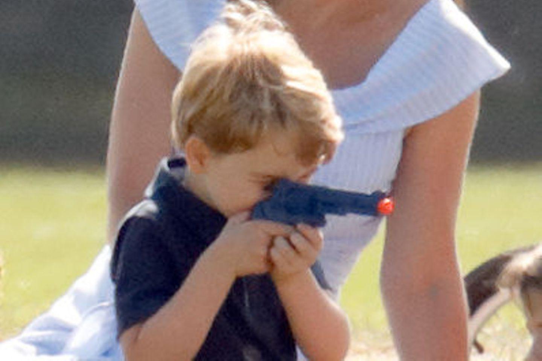 Mütter in heller Aufregung: Prinz George spielt mit einer Pistole!