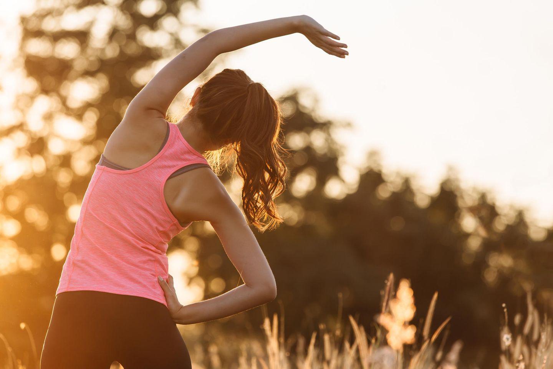 Aufwärmübungen: Frau dehnt sich