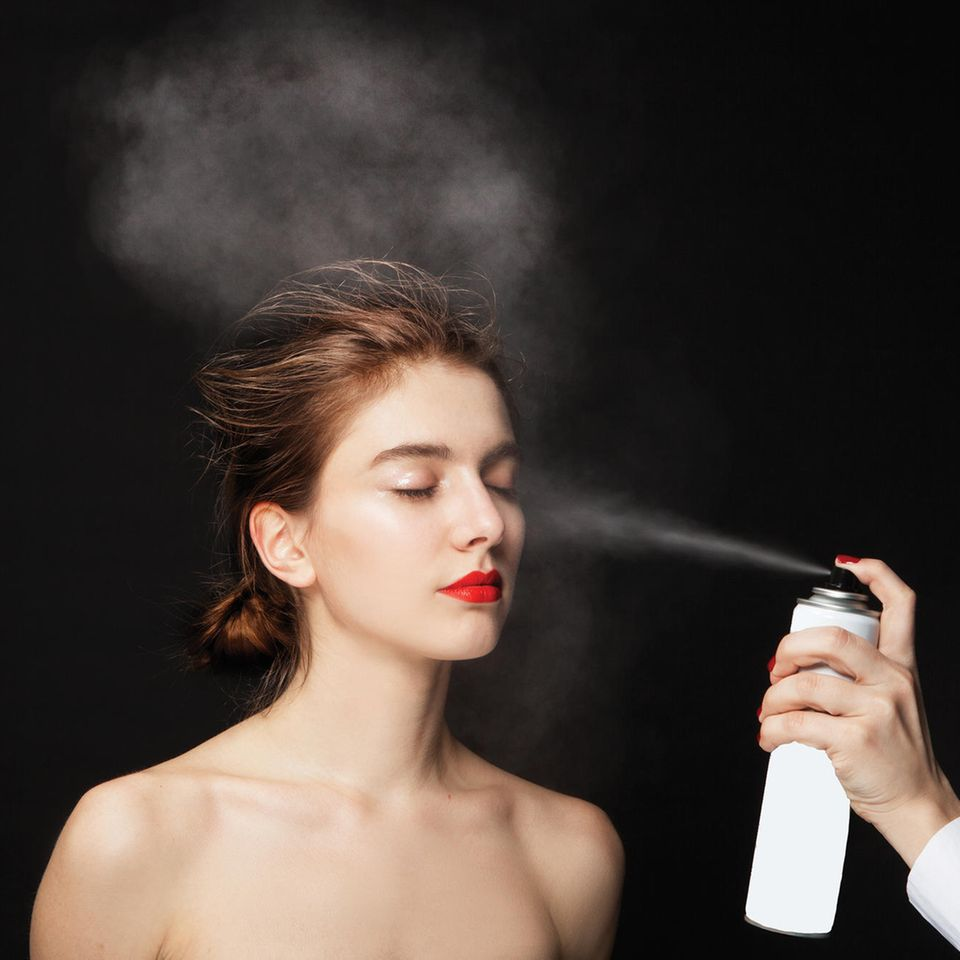 Frau bekommt Airbrush Foundation ins Gesicht