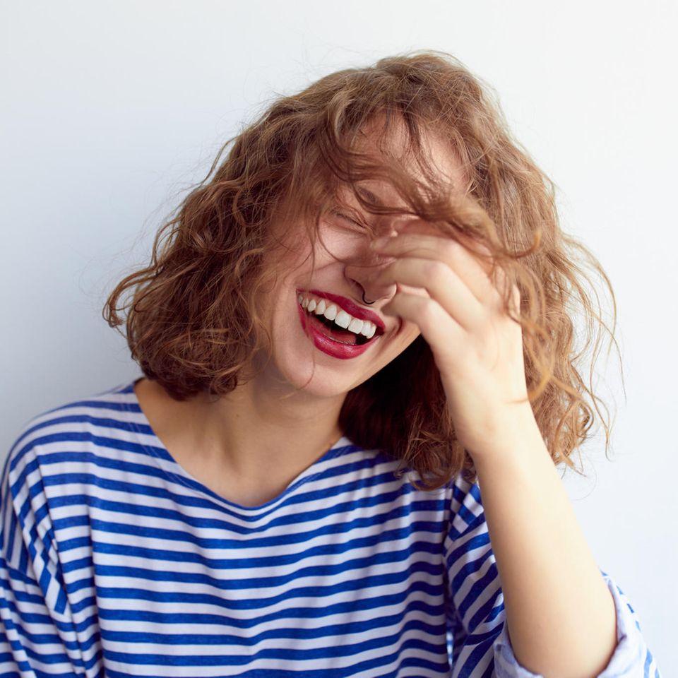 Lustige Pornotitel: Frau lacht