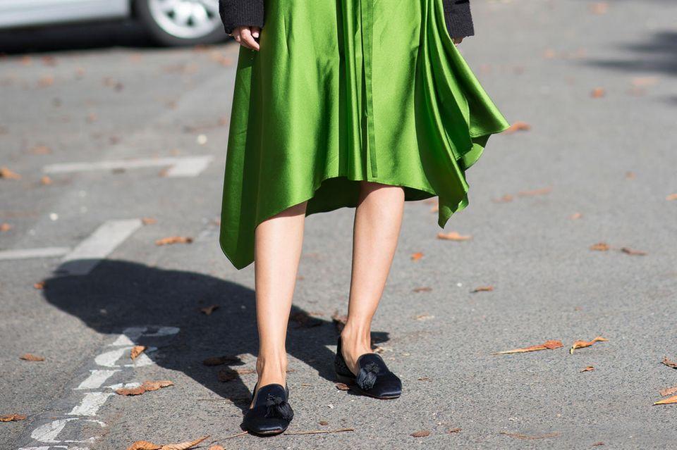 Alternative zu Sandalen: Frau mit Slip-In-Loafers