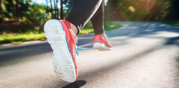Laufen und Springen: Frau joggt
