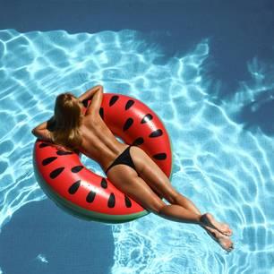 Eine Frau oben ohne im Pool