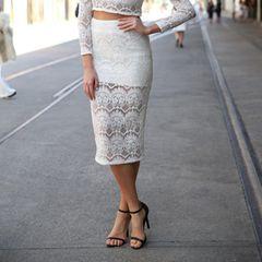 Frau trägt Spitzenrock