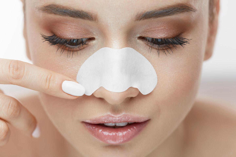 Nose Strips: Frau verwendet Mitesser-Streifen