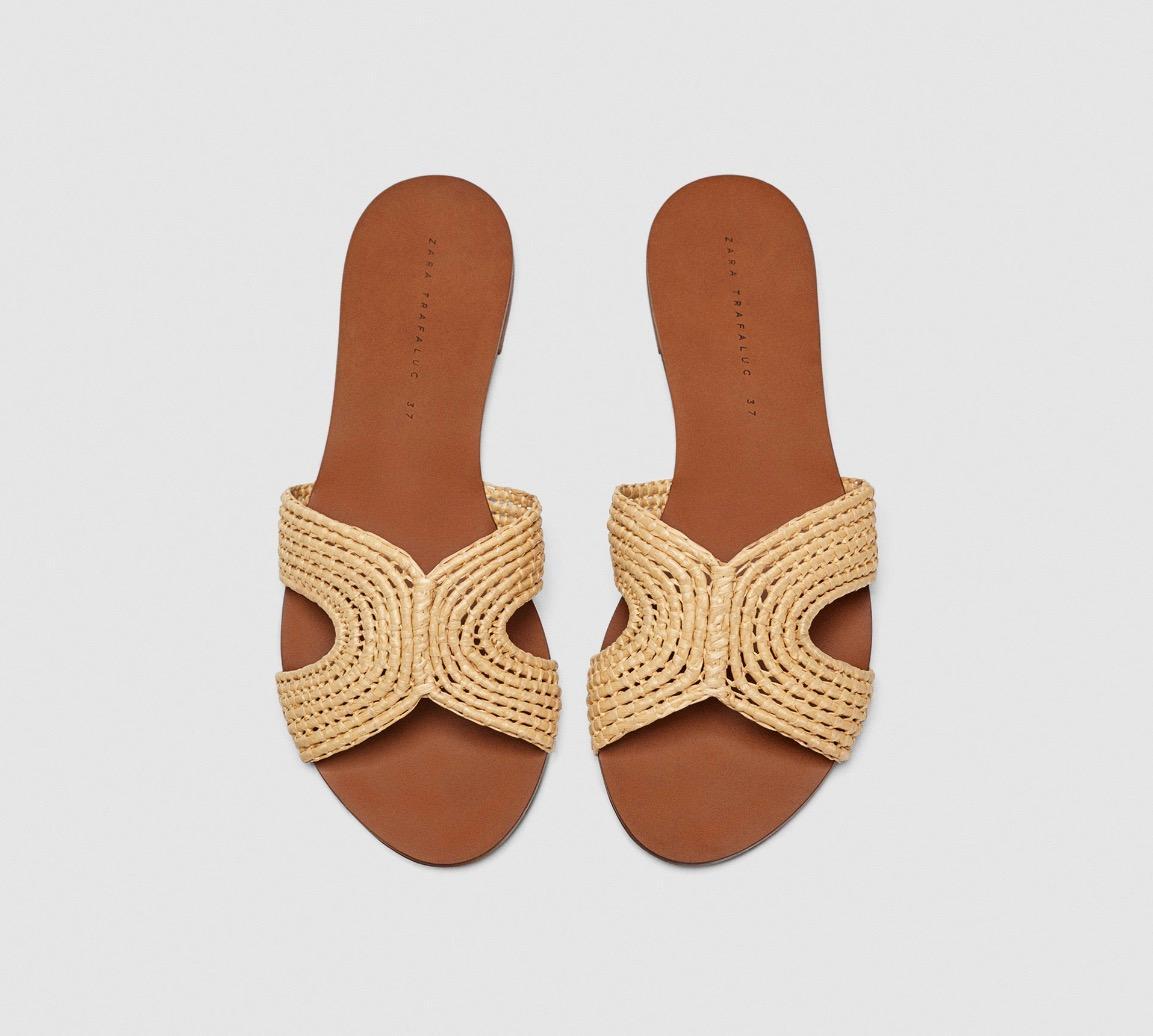 Perfekt für den nächsten Strandbesuch: Flache Pantoletten von Zara, um 30 Euro.