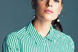 Sommertrends 2018: Model im Porträt mit gestreifter Bluse in grün und weiß.