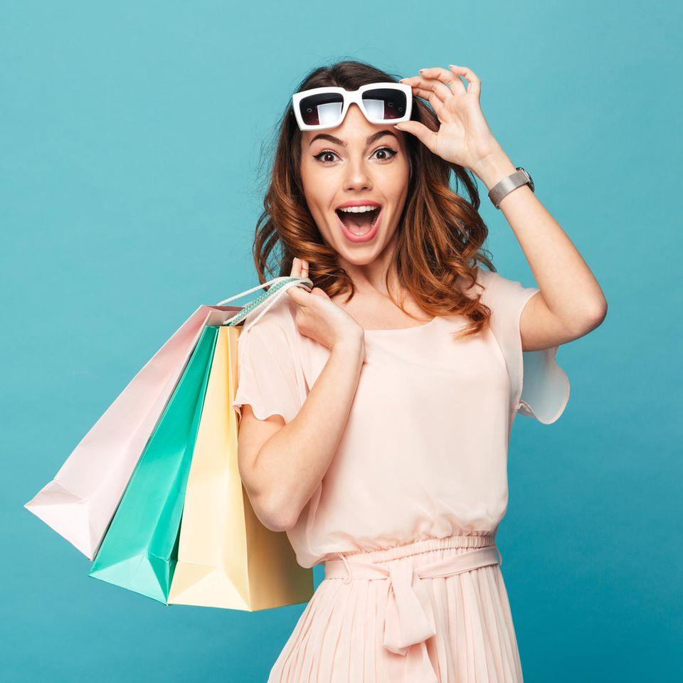 Beauty-Deals: Frau mit Einkaufstüten und Sonnenbrille