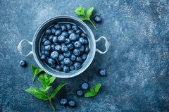 Heidelbeeren gesund: Blaubeeren in einer Schale