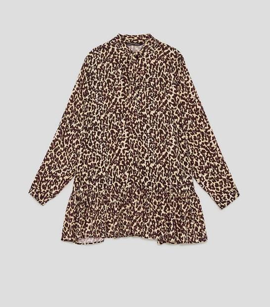 Kurzes Kleid mit Leo-Muster, Volants am Saum und großer Schluppe. Erhältlich über Zara, um 40 Euro.