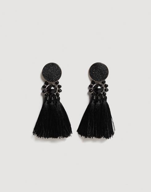 Schwarze Ohrringe mit Glitzersteinen und Bommeln. Von Mango, um 13 Euro.