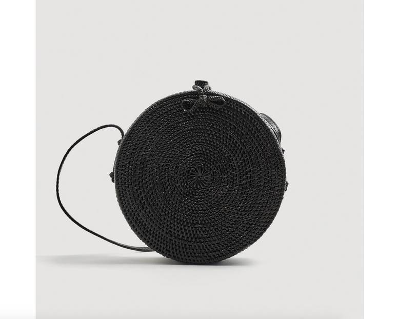 Trendpiece der Saison: Schwarze Bambus-Tasche. Dieses runde und handgefertigte Modell ist von Mango und für circa 70 Euro erhältlich.
