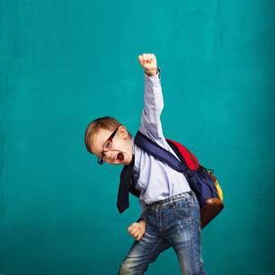 Erster Schultag: Junge freut sich!
