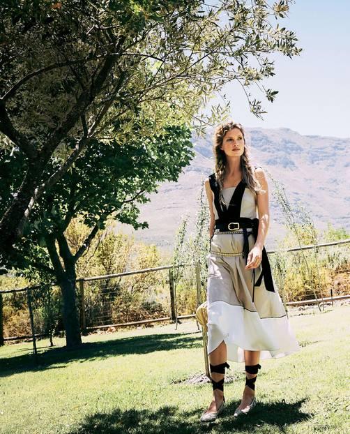 Romantik: Model mit sandfarbenem Baumwollkleid auf einer Wiese
