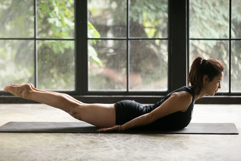 Rückentraining: Frau trainiert ihre Rückenmuskulatur