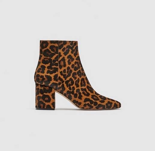 Stiefeletten mit Animalprint und sieben Zentimetern Absatz, von Zara, um 80 Euro.