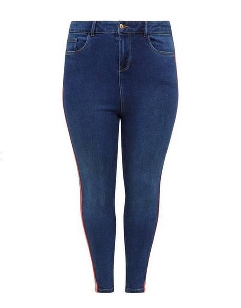Eng geschnittene Jeans mit trendigem Seitenstreifen. Erhältlich bis Größe 50 über New Look, um 40 Euro.