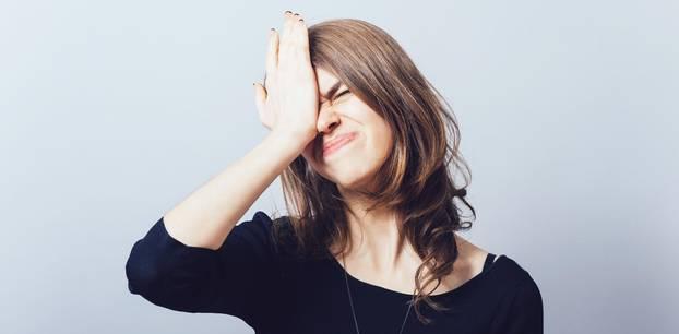 Die nervigsten Sprüche unserer Mütter: Genervte junge Frau