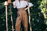 Romantik: Model in weißer Leinenbluse mit Stickereien und Fransensäumen und weiter Baumwollhose