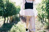 Romantik: Model mit bestickter Carmenbluse kombiniert mit Stricktop darüber und mit einer weiten Leinenhose