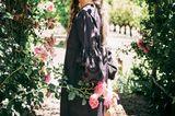Romantik: Model in einem Tunikakleid mit Lochstickerei an den Ärmeln