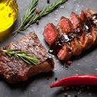 Rib Eye Steak grillen: Rib Eye Steak auf Teller