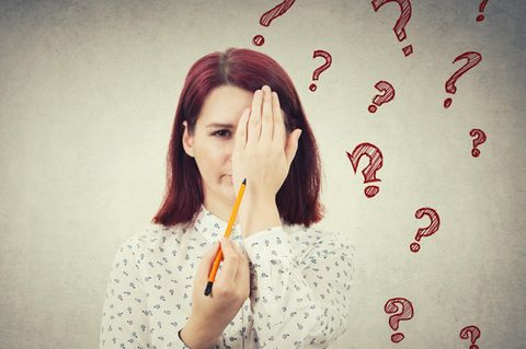 Rätselfragen: Frau hält Hand vors Auge
