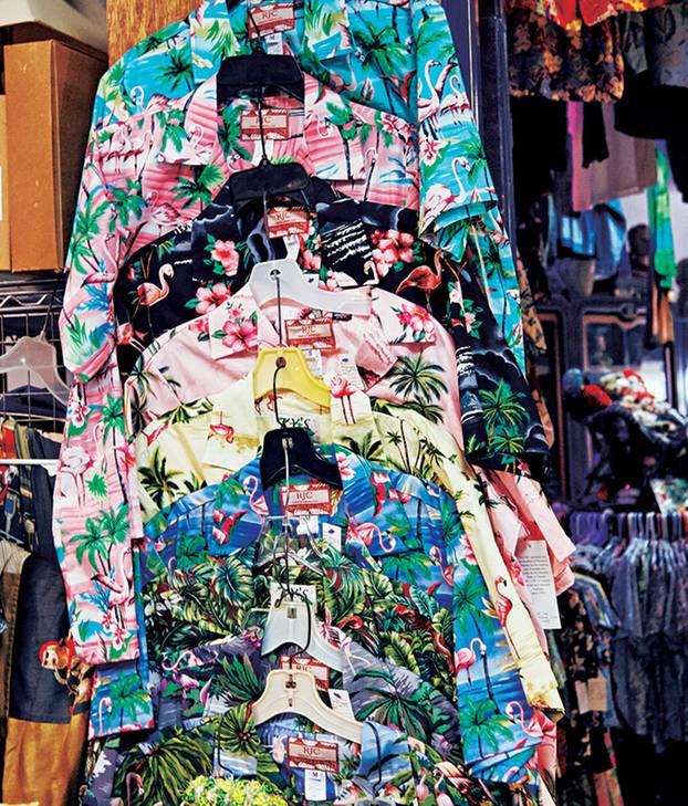 Hawaii Reisetipps: Aloha Shirts in verschiedenen Farben und Designs