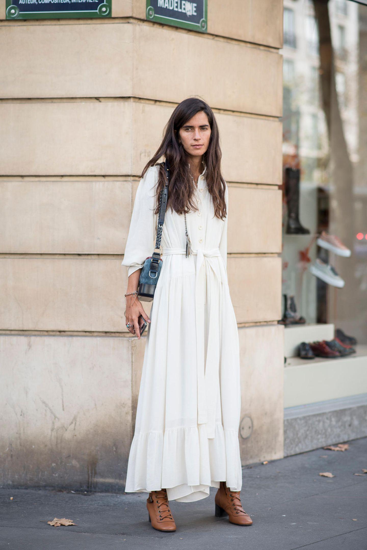Sommer-Streetstyles: Weißes Maxikleid mit Taillenband