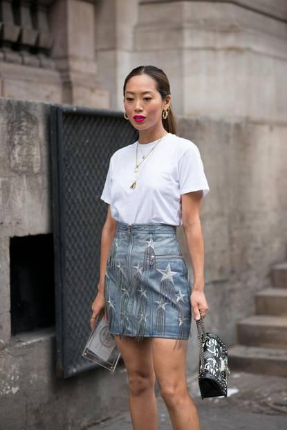 Sommer-Streetstyles: Denim-Rock mit weißem Basic-Shirt