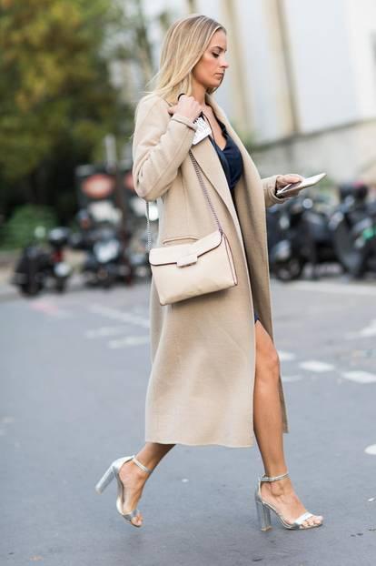 Sommer-Streetstyles: Lingerie-Kleid & Trenchcoat