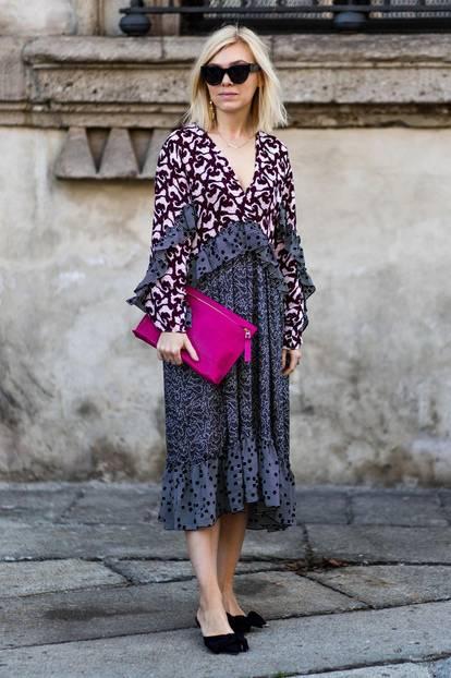 Sommer-Streetstyles: Musterkleid in Kombination zur pinken Clutch