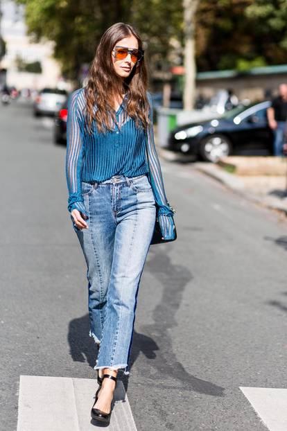Sommer-Streetstyles: Blue Jeans & eine semi-transparente Bluse