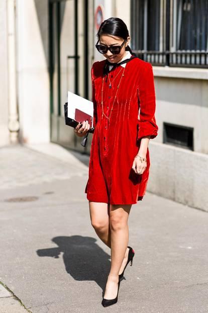 Sommer-Streetstyles: Rotes Mini-Kleid mit Bubi-Kragen