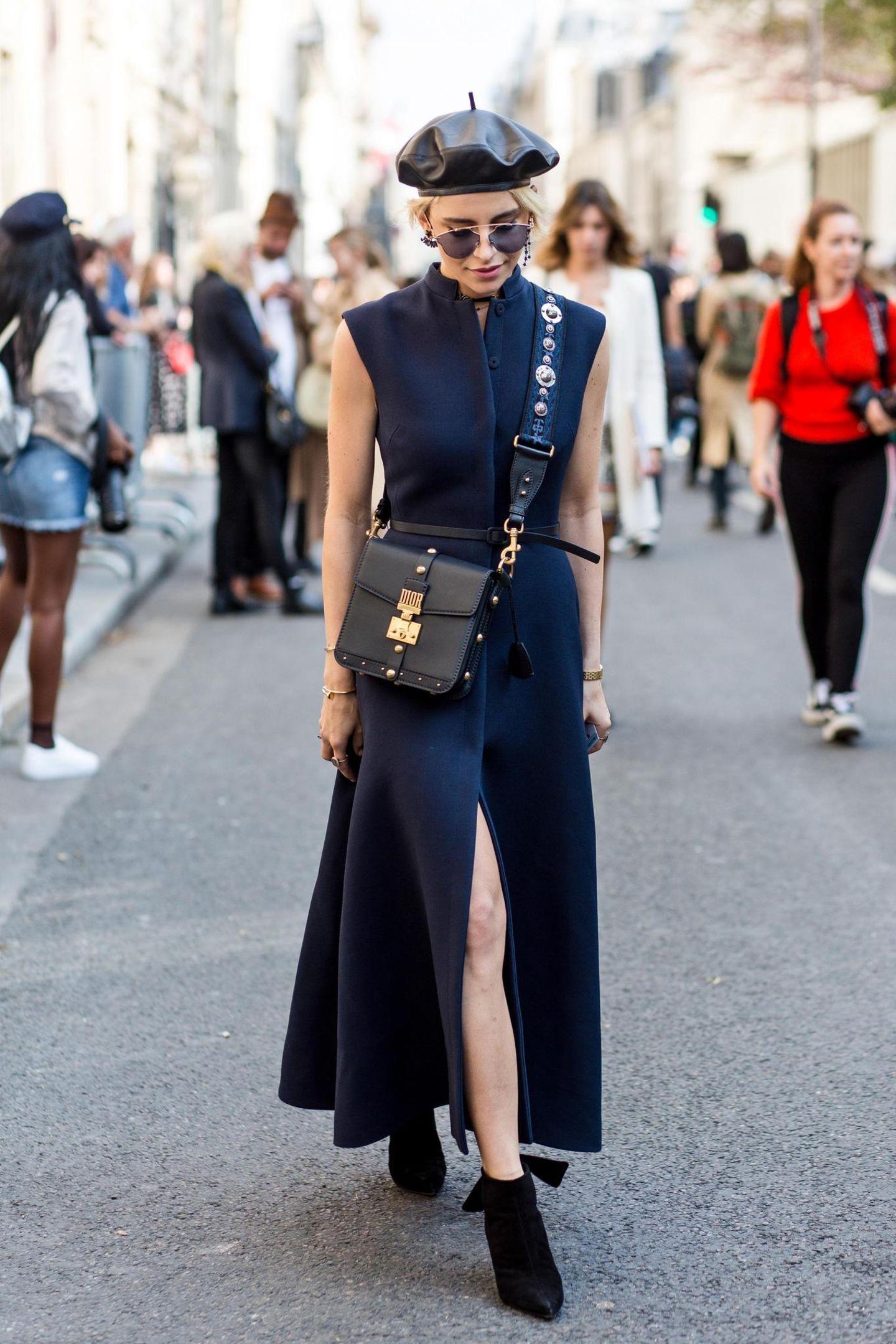 Sommer-Streetstyles: Ärmelloses Button Down Dress mit passenden Accessoires