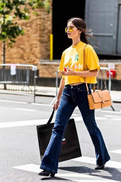 Sommer-Streetstyles: Dunkle Schlaghose & geripptes Shirt in Gelb