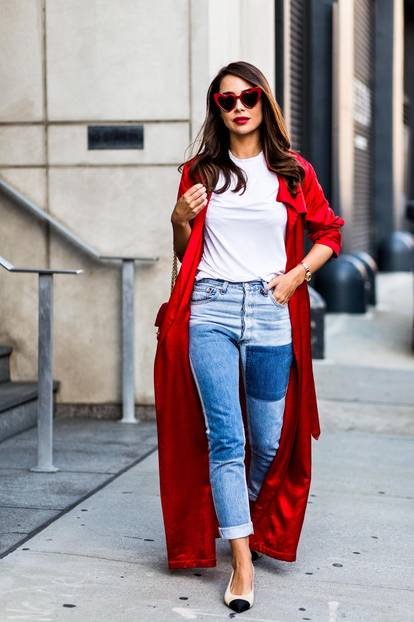 Sommer-Streetstyles: Blue-Jeans, Basic Shirt und knallroter Duster Coat