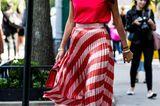 Sommer-Streetstyles: Plisseerock & T-Shirt in Neon-Pink
