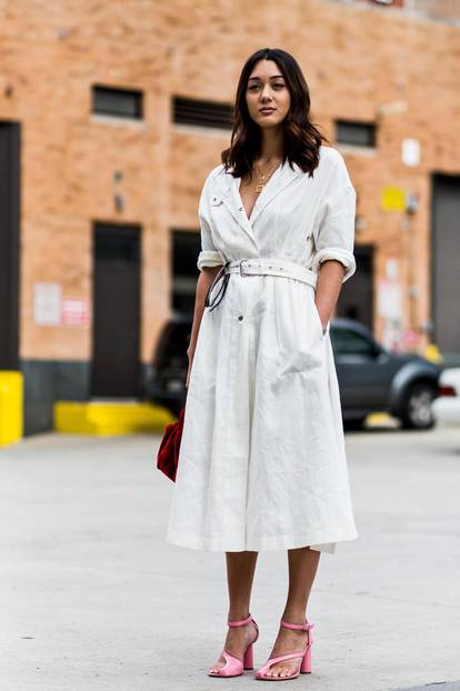 Sommer-Streetstyles: Hemdblusen-Kleid mit hochgekrempelten Ärmlen