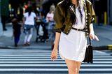 Sommer-Streetstyles: Weißes Hemdkleid mit kurzer dunkelgrüner Blouson-Jacke